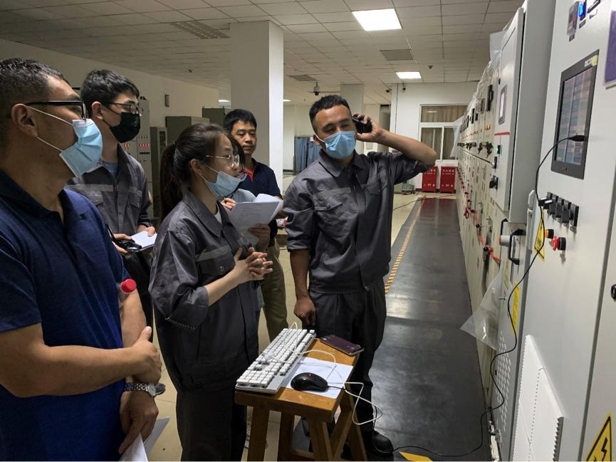 北京交通大学师生根据试验波形对储能装置参数进行调整。.jpg