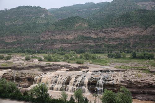 黄河壶口瀑布与沿岸植被.jpg